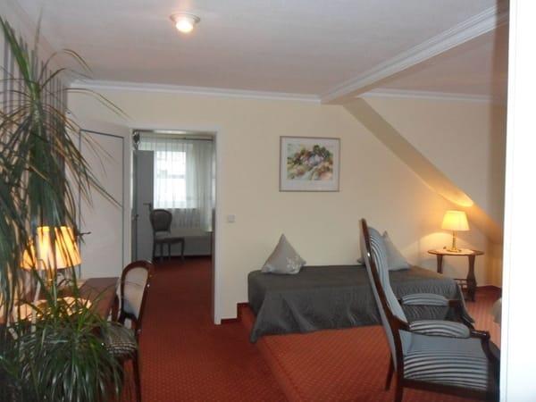 Suite-Wohnraum mit Blick in den Schlafraum