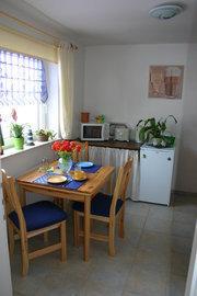 Blick in die gut ausgestattete Küche, mit Herd, Backofen, Microwelle, Wasserkocher, Kaffeemaschine usw. Nicht im Bild rechts befindet sich die Küchenzeile.