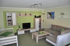 Teilansicht Wohnzimmer mit Sat-TV, Radio, CD. 2013 komplett neu eingerichtet, mit massivem Extrabett für dritte Person oder Schnarcher.