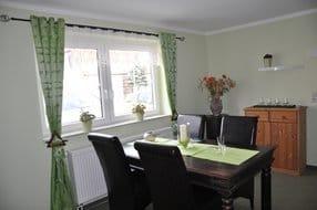 Auch im Wohnzimmer befindet sich dieser nette Essbereich, der u.a. auch zu lustigen Familienabenden mit vorhandenen Karten- und Brettspielen einlädt.