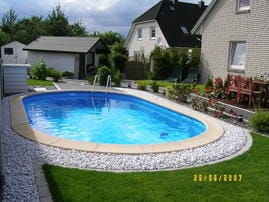 Auch für unsere Gäste aus der FeWo I haben wir einen luxuriösen Außenbereich mit Pool, Liegewiese und Gartenmöbeln zu bieten.