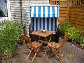 Die kleine Ruhezone mit Strandkorb lädt zum sonnen und erholen ein. Ein Gläschen Wein oder ein gutes Buch dürfen auch nicht fehlen.
