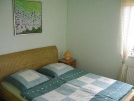 Blick in das Schlafzimmer mit Doppelbett für erholsame Nächte