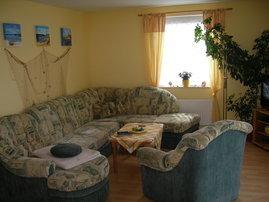 die große Couch bietet viel Platz zum entspannen, und ausgezogen entstehen 2 weitere Schlafplätze