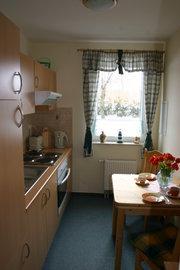 Blick in die kleine aber gut ausgestattete Küche, auch hier können Sie gemütlich zu zweit essen