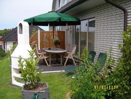die FeWo II hat eine eigene Terrasse mit Grillkamin, Gartenmöbeln und Sonnenliegen