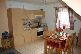 Offener Küchenbereich mit Esstisch