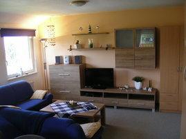 Wohnzimmer mit Sat-TV, Radio, DVD, seitlicher Blick auf die Ostsee