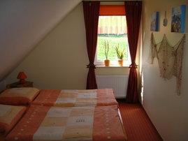 Das Familienschlafzimmer mit Blick auf eine Pferdekoppel