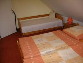 Bis zu 4 Personen finden hier Platz, Doppelbett und 2 Einzelbetten