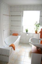 Blick in das Bad, mit Fußbodenheizung und Badewanne