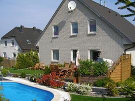 Die oberen 3 Fenster gehören zur FeWo3, Pool, Liegewiese und Strandkorb warten auf Sie!!