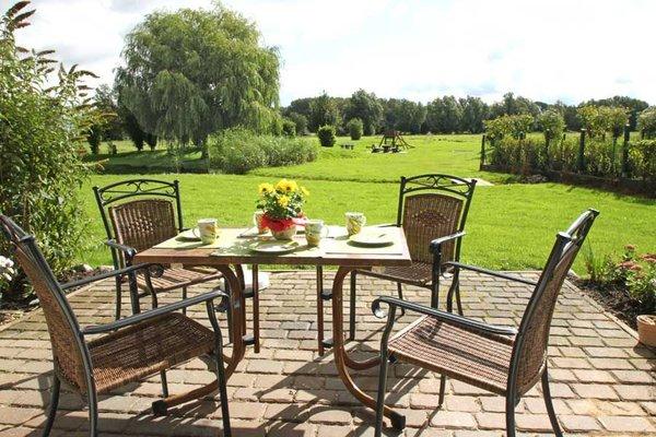 Terrasse mit Blick in die Natur - Frühstückstisch ist schon gedeckt