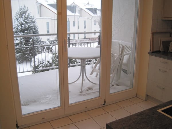 Winterlich verschneiter Küchenbalkon