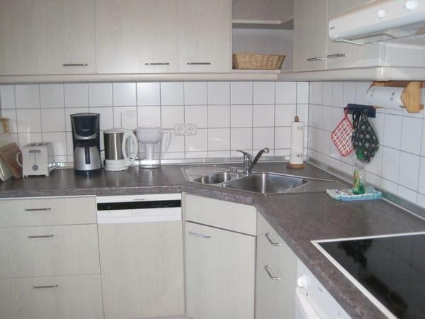 Top ausgestattete Küche mit Spülmaschine, Mikrowellengerät und Kaffeeautomat mit Mahlwerk