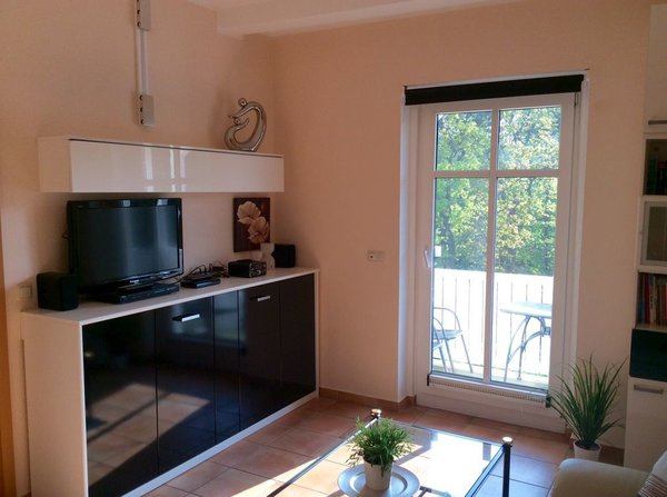 """Wohnzimmer mit Balkon, Querschrankbett (0,9 x 2 m), 32"""" FullHD-LCD Fernseher u. v. m."""