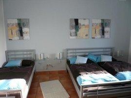 Schlafzimmer mit Doppelbett(1,8 x 2 m)  und Einzelbett 0,9 x 2 m)