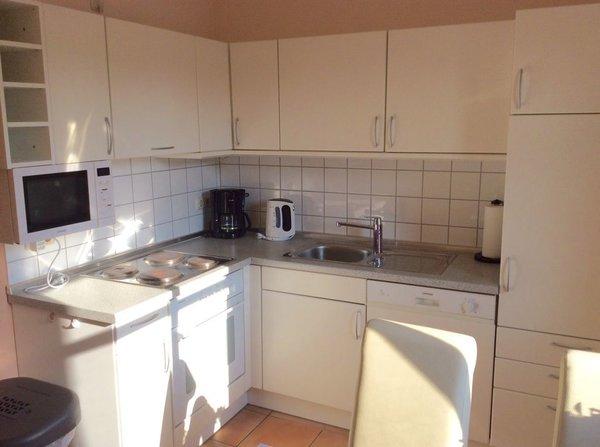 Küche mit Herd, Kühlschrank, Mikrowelle, Spülmaschine u. v. m.