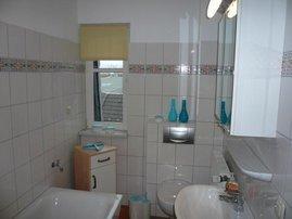 Bad mit Duschwanne und WC