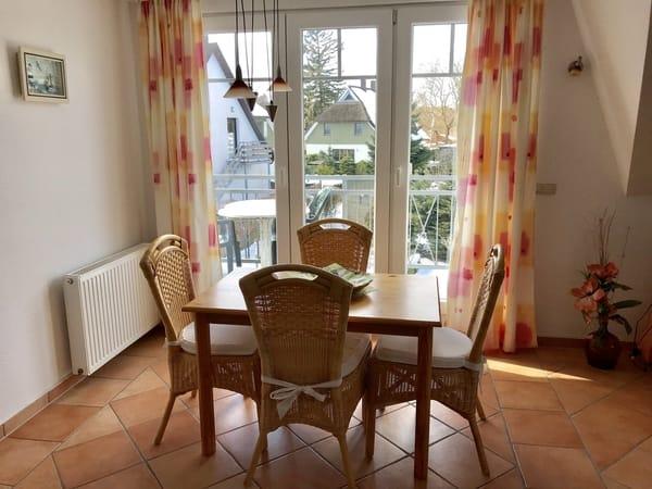 Wo.-zimmer mit Esstisch u. Blick zum Balkon
