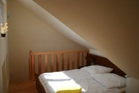 Schlafzimmer mit Doppelbett auf der oberen Ebene