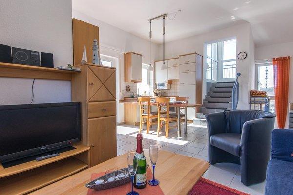 Wohnbereich mit Blick auf die Küche und Aufgang zur Dachterasse