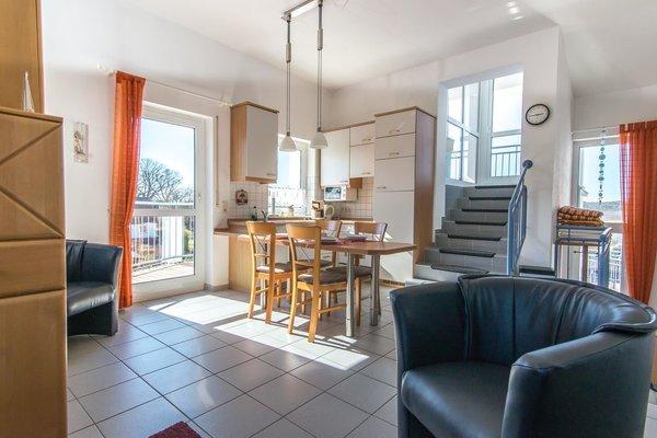 Küche und Essbereich, links geht es zum Seitenbalkon