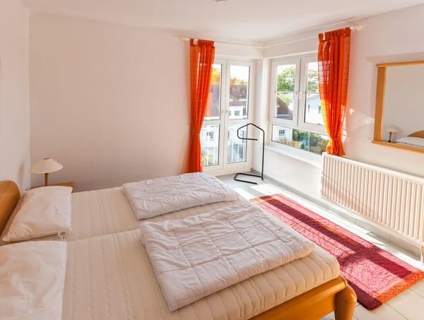 Schlafzimmer mit Blick von der Zimmertür aus
