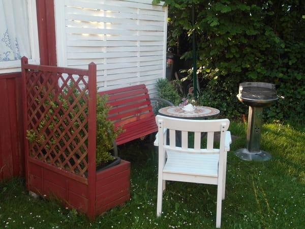Schöne Sitzecke mit Grill im Garten ...