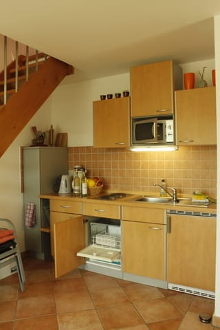 offene Küche mit dem Treppenaufgang in den zweiten Schlafraum