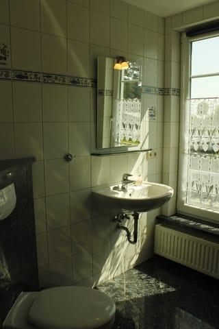 Tageslicht-Bad mit Dusche