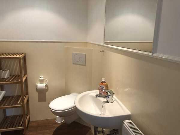 Badezimmer mit Toilette und Waschbecken
