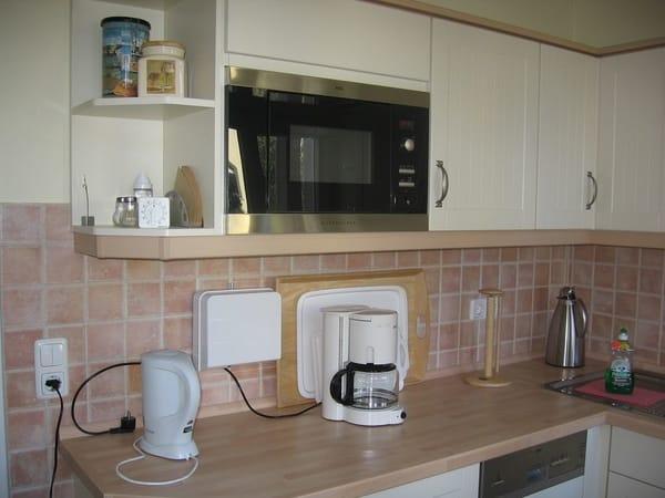 Wasserkocher, Kaffeemaschine und Toaster sind vorhanden