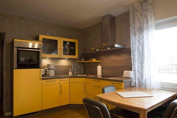 Einbauküche mit Spülmaschine und Backofen