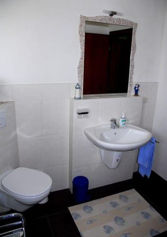 Badezimmer mit unterfahrbarem Waschbecken