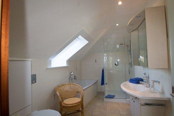 Badezimmer 1 mit Badewanne und Dusche