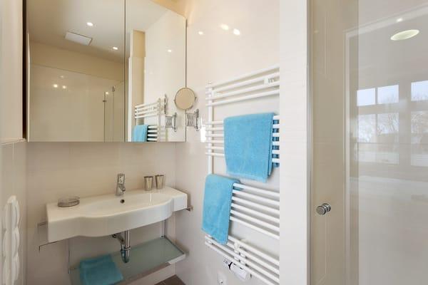 Das Appartement verfügt über zwei Badezimmer – das erste Bad knüpft an das Schlafzimmer an (Bad en Suite), das zweite Bad erreichen Sie vom Flur.