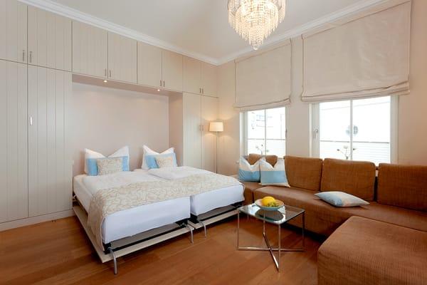 Im Wohnraum befindet sich ein hochwertiges Schrankbett (2x90x200cm), dass Sie für die Nachtruhe im Handumdrehen in eine Schlafstätte für zwei Personen verwandeln und tagsüber einfach einklappen.