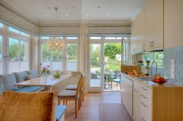 Der Wohnbereich und die Loggia können durch einen dekorativen Vorhang optisch voneinander getrennt werden.