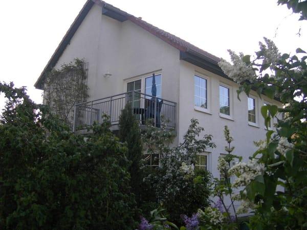 Der kleinere der beiden Balkons der Wohnung, zur Abendsonne hin