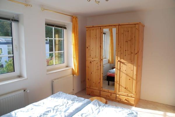 Helles Schlafzimmer mit Doppelbett, zwei Einzelmatratzen