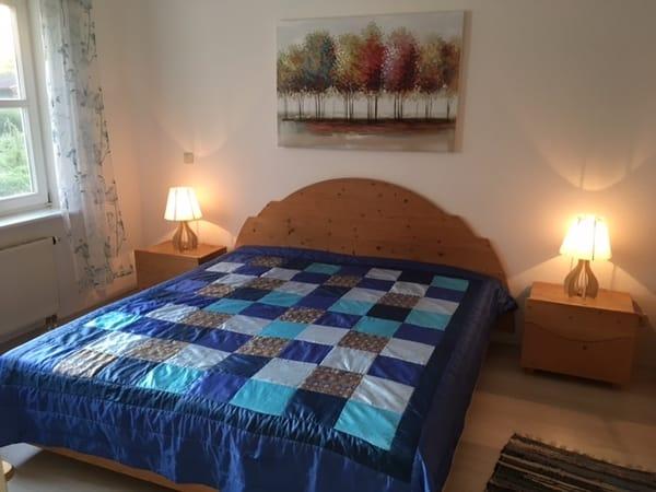 Geschmackvoll eingerichtetes Schlafzimmer mit großem Schrank