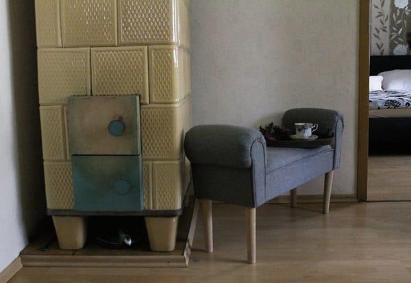 Wohnzimmer mit Kachelofen für die kalten Tage
