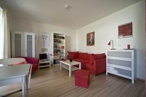 Wohnraum mit Essecke, Schlafsofa, Querlieger mit Bettkasten, Sat-TV, Stereoanlage, Bücherregal, Internetzugang, Laminatboden, Fenstertüren zur eigenen Terrasse