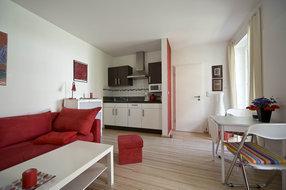 Kochzeile mit Ceranplatte, Dunstabzugshaube, Mikrowelle, zurückgesetzt in Wandnische