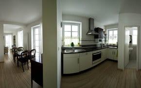 Panoramablick 180° =  Wohn-Ess-Küchenbereich, Gäste-WC, Laminatboden, Wohnungseingangstür mit Zugang zur Eingangsdiele mit Schuhschrank