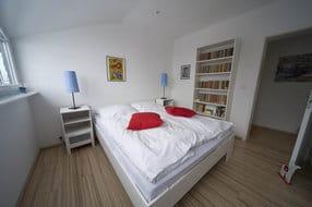 Schlafen 2, mit Duschbad (ausgestattet mit Bidet, WC, Waschbecken, Fön, Fußbodenheizung und Handtuchtrockner),  Laminatboden, Bücherregal, ausreichend Schrank- und Kommodenfläche