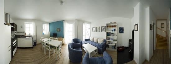 270° Panorama-Ansicht = Wohnraum mit Essbereich, voll ausgestatteter Küche, Kaminofen, Gäste-WC,  Treppenaufgang zum Schlafbereich, Wohnungseingangstüre zur Eingangsdiele mit Schuhschrank