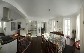 Wohnküche mit Designermöbeln, Antiquitäten, ausgesuchten Details, Laminatboden, Wandflächenheizung, Fenstertüren mit Zugang zur Frühstücksterrasse