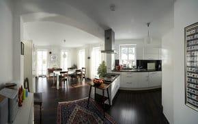 Wohnküche mit voll ausgestatteter Küche, weiß-hochglanz Küche mit Makassararbeitsplatte, Fenstertüren